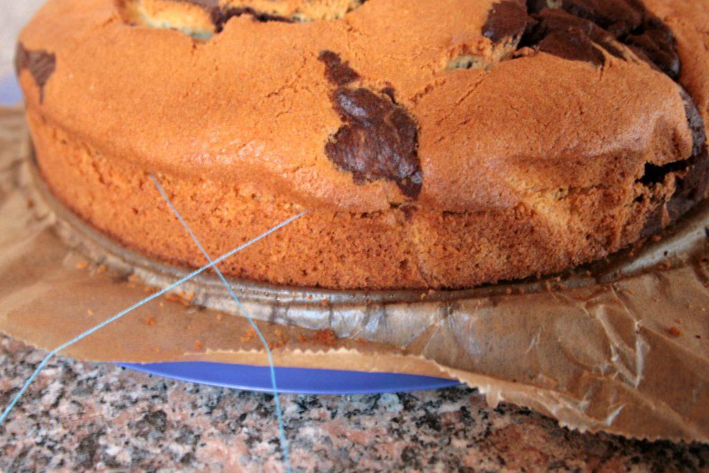 Kuchen halbieren leicht gemacht: Ein Faden wird rundherum gelegt und die Enden überkreuzt.