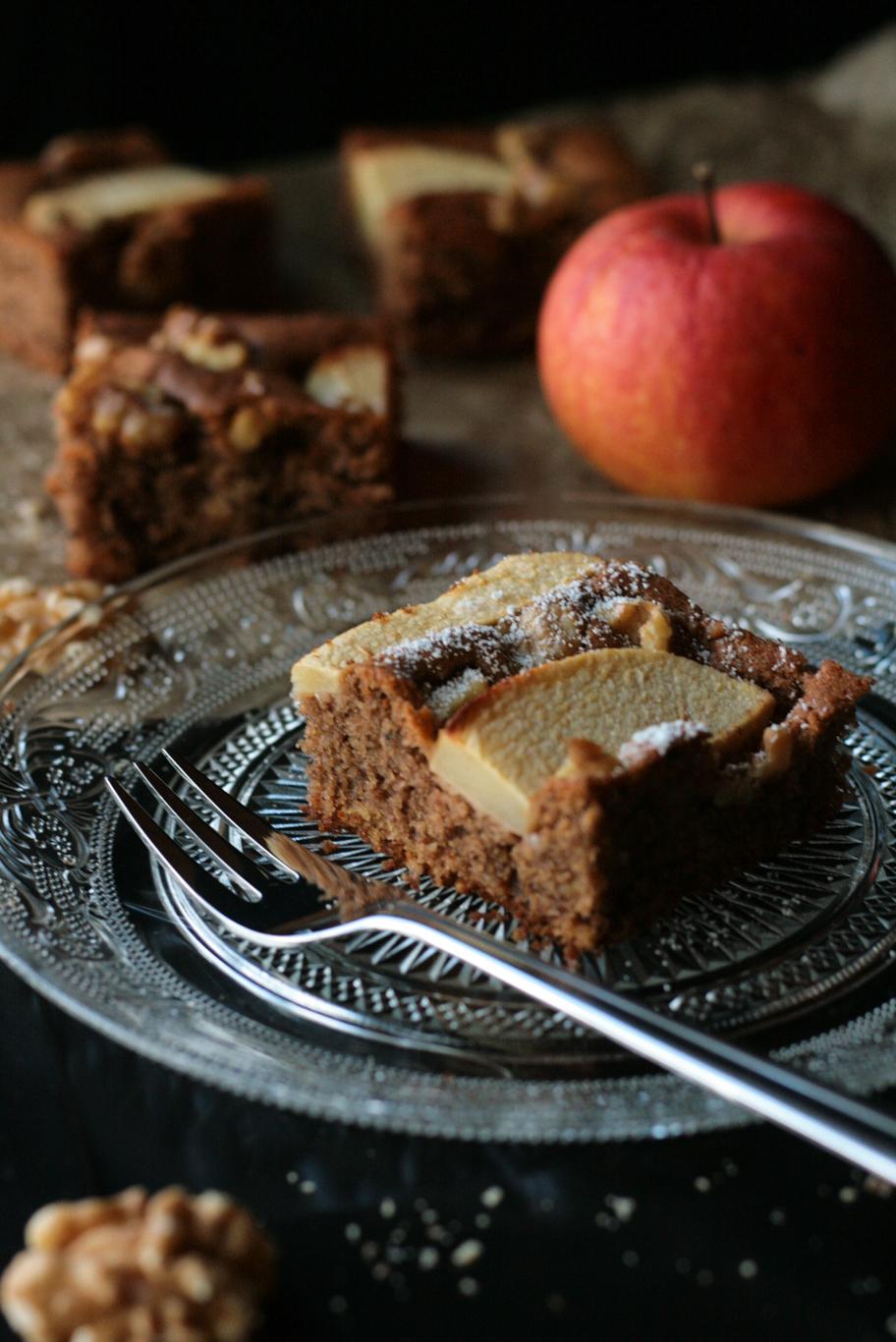 Apfelkuchen mit Walnüssen und Rübensirup -