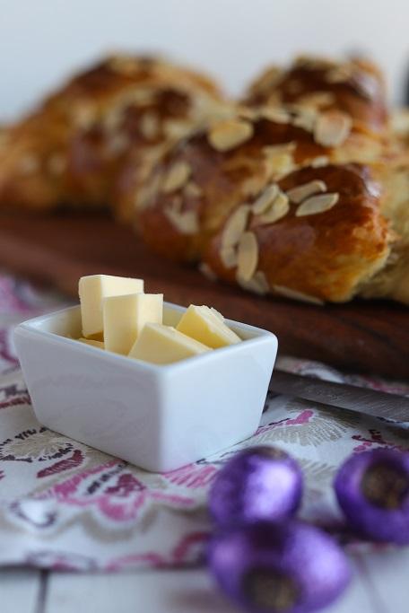 Osterzopf Hefezopf Ostern Mandeln Hefeteig Osterbäckerei Kokos Osterbrot saftig Füllung krimiundkeks Osterfrühstück