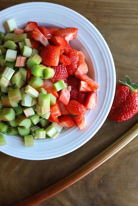Erdbeer-Rhabarber-Tarte Erdbeeren Rhabarber Frühling Tarte Mürbeteig Röschen Mandeln Knetteig krimiundkeks Rhabarber-Tarte Erdbeerkuchen