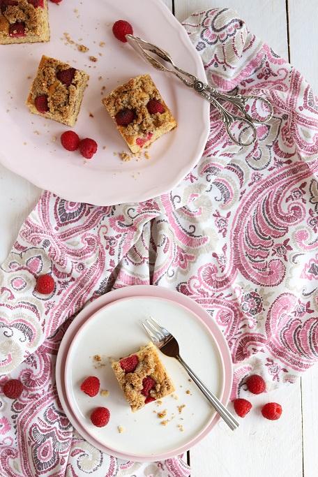 Himbeeren Streusel Himbeer-Würfel Nussstreusel Haselnuss Rührkuchen Sommerkuchen sommerlich Beeren krimiundkeks