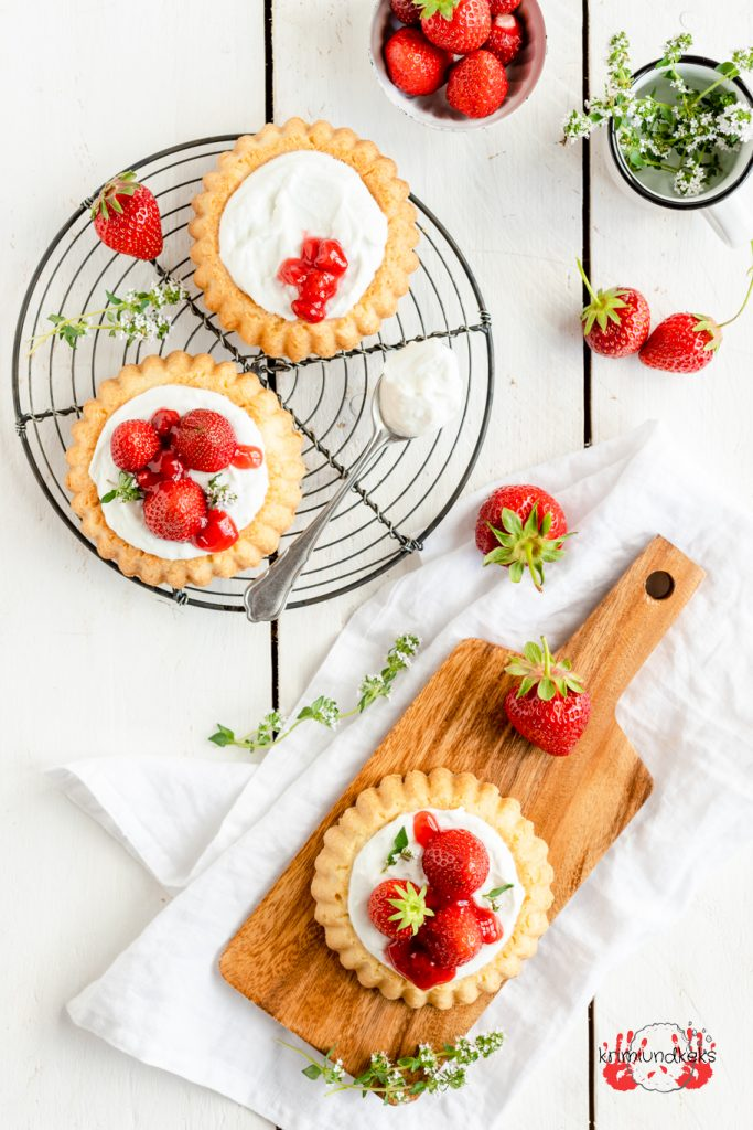 Erdbeer-Kokos-Törtchen Erdbeeren Erdbeerkuchen Kokos Mürbeteig Tartelettes Törtchen Quark Kokoscreme krimiundkeks