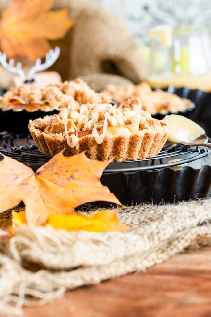 Apfel-Karamell-Tartelettes Apfelkuchen Herbst Streusel Zimt Karamell Tartelettes Törtchen krimiundkeks