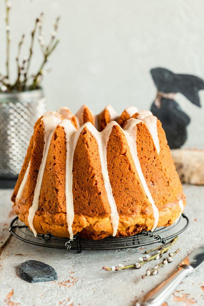 Oster-Gugelhupf Backen für Ostern Oster-Rezept Gugelhupf Rhrkuchen Möhren Karotten Karottenkuchen Zuckerguss Walnüsse Frühlings krimiundkeks Osterkuchen backen