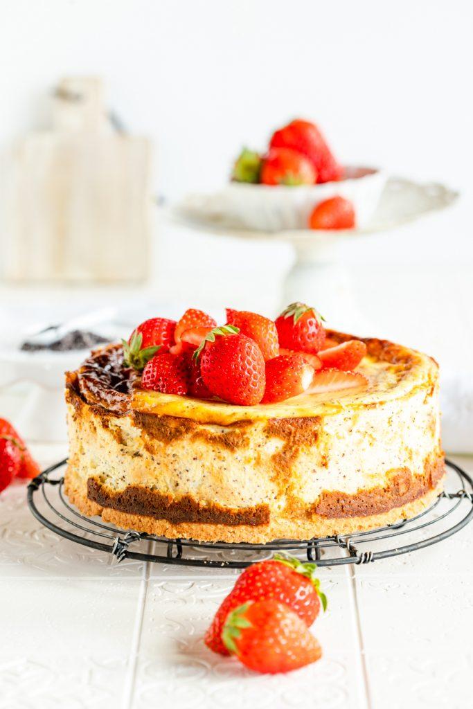 Erdbeerkuchen Käsekuchen Mohn-Marzipan-Käsekuchen mit Erdbeeren Mohn Marzipan Mürbeteig Cheesecake Erdbeeren krimiundkeks
