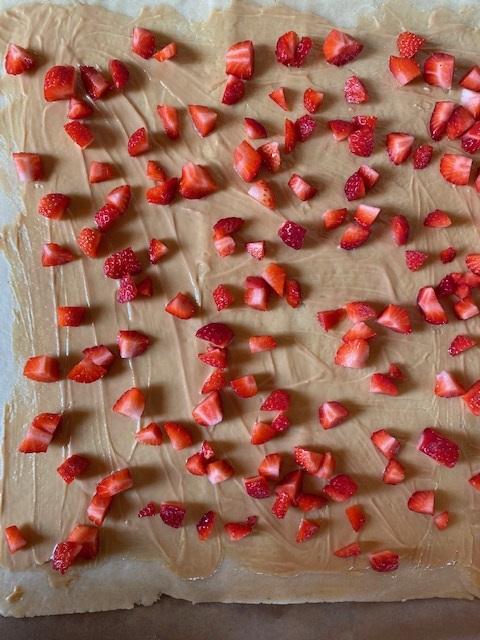 Erdbeer-Erdnuss-Schnecken Erdbeeren Mürbeteig ohne Ei Erdnussbutter Erdnüsse sommerlich schnell krimiundkeks